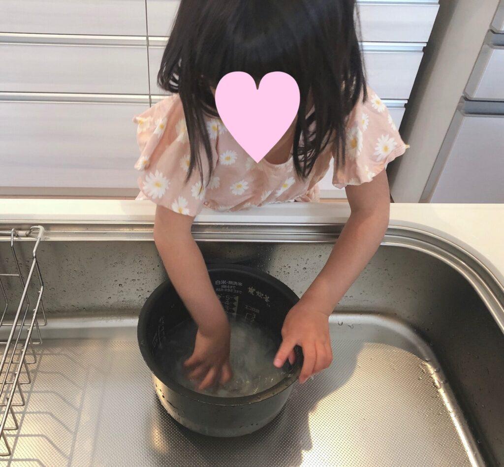 お米を研ぐ5歳の娘