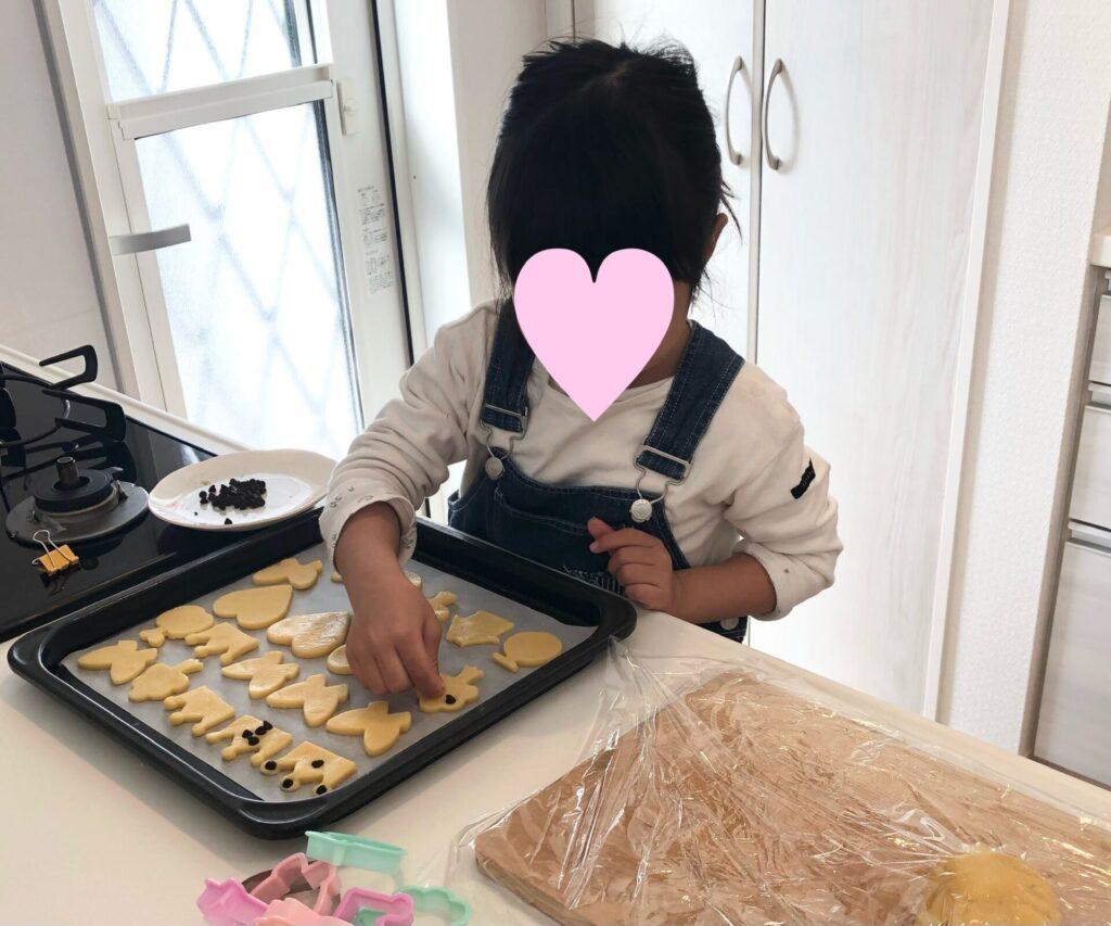 クッキーを作る4歳の娘