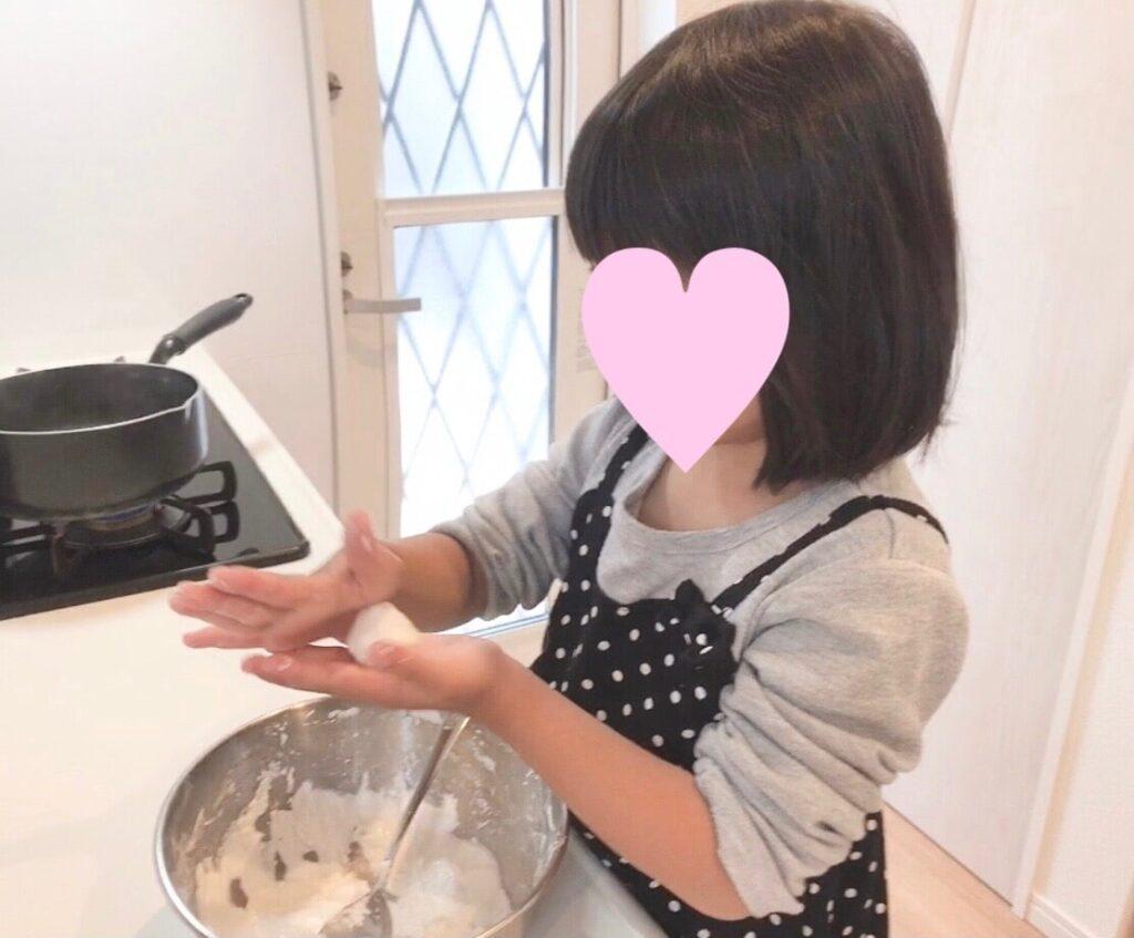 白玉を作る5歳の娘