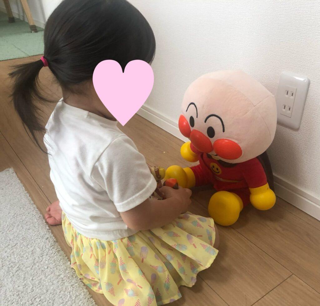 アンパンマンはじめてのおしゃべりDXに話しかける2歳の娘