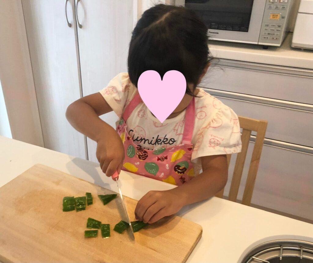 子ども用包丁を使う5歳の娘